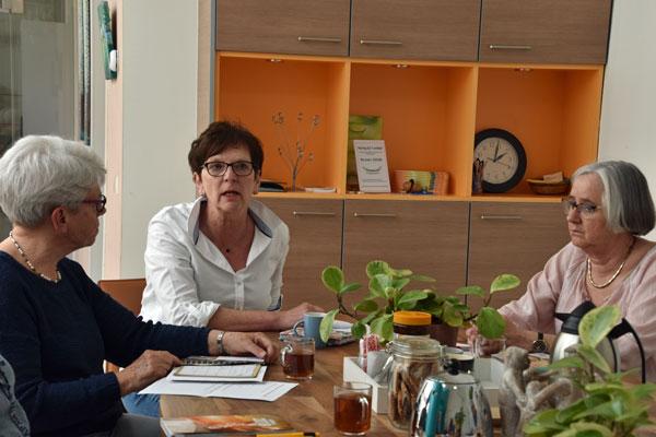 Drie mensen houden intervisiegesprek